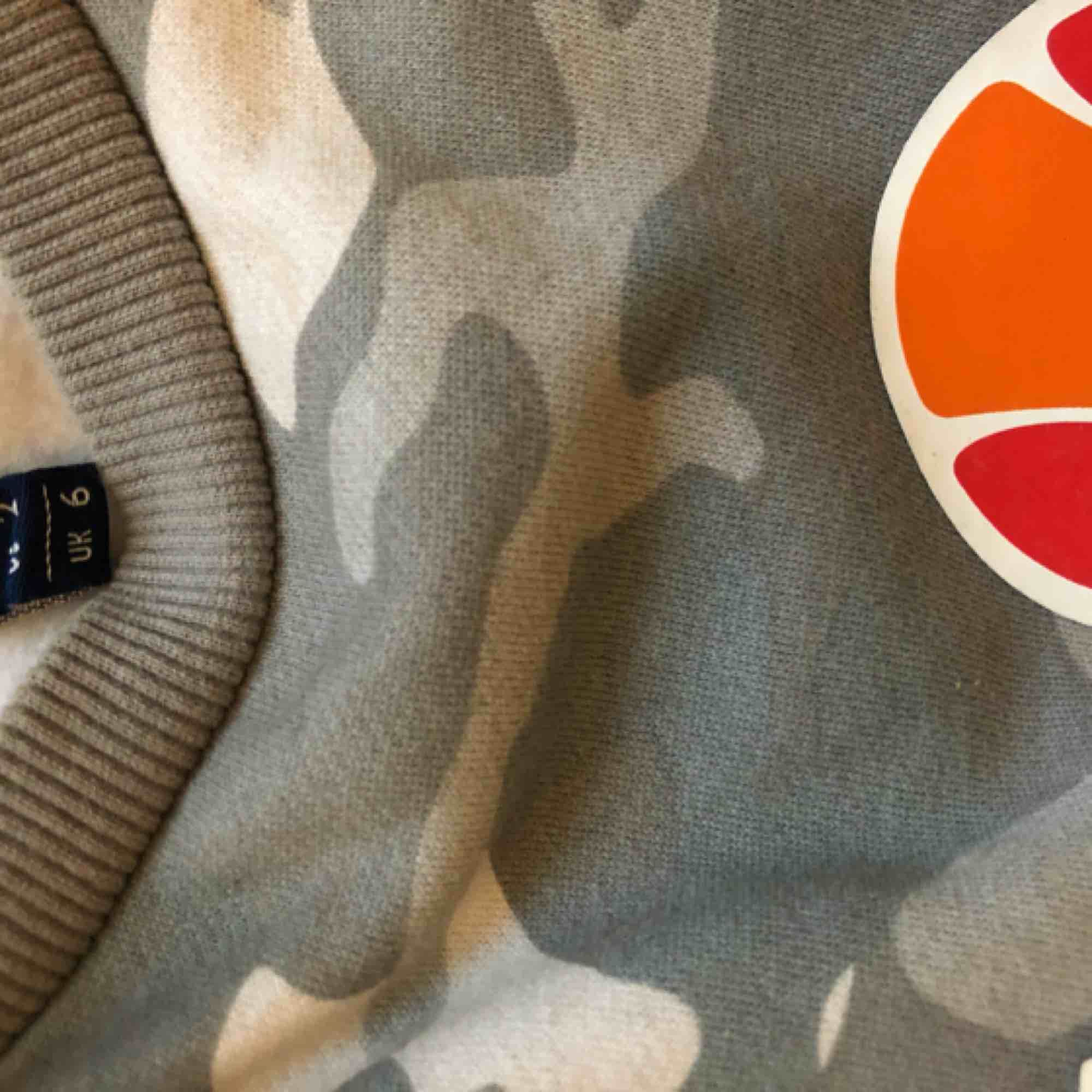 Ellesse sweatshirt i militärmönster storlek s men den är ganska stor, använd få gånger . Huvtröjor & Träningströjor.