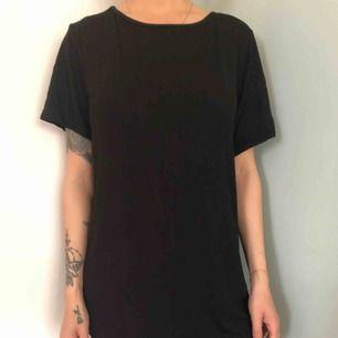 Oanvänd T-shirt klänning från boohoo lapp kvar storlek 32