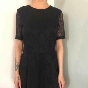 Spetsklänning i svart