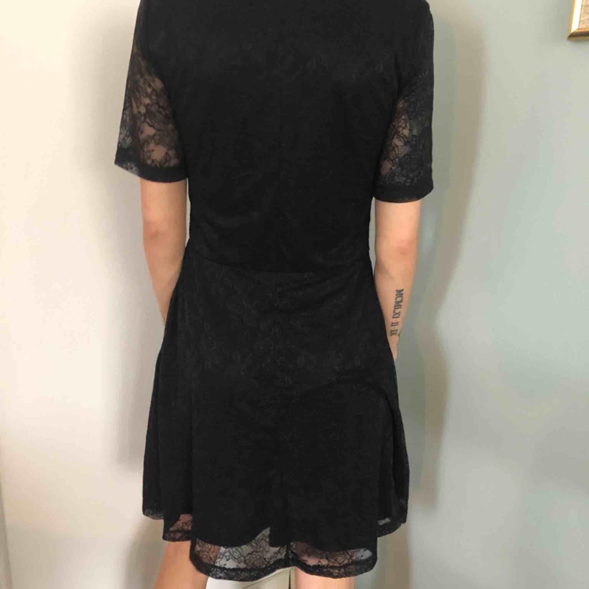 Spetsklänning i svart. Klänningar.