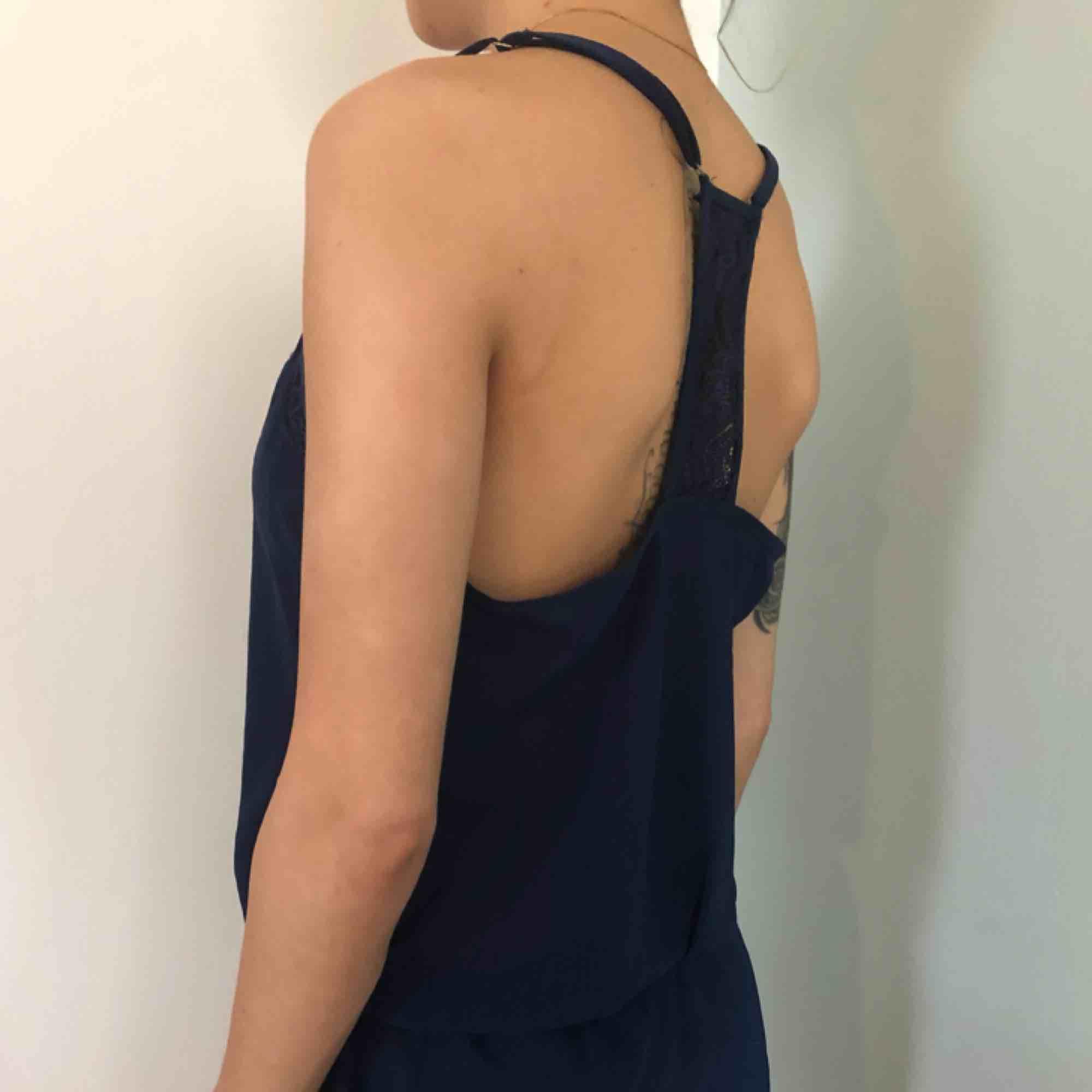 Sovplaysuit mörkblå med spets. Klänningar.
