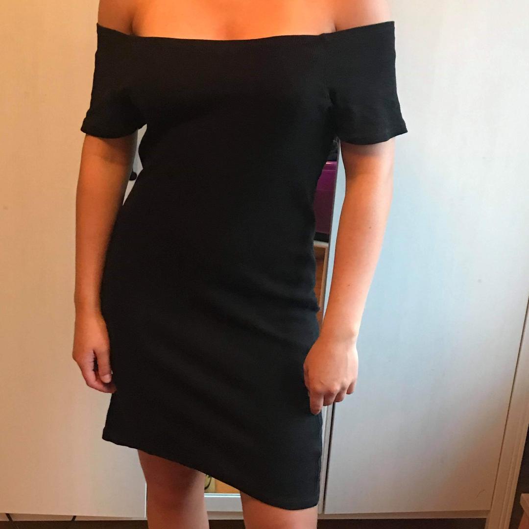 En offshoulder klänning som är för liten för mig men för stor för min vän som man kan se på bilden. Den är rubbad och köpt på EMP. Klänningar.