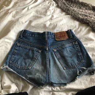 Levis jeansshorts köpta på Urban Outfitters för några år sedan därför lite slitna! Nypris var 600kr och frakt kostar 40kr<3 Obs. Små i modellen passar nog mer W27