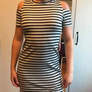 En klänning med hål på axlarna Även