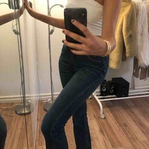 Snygga mörkblåa bootcut jeans från Kappahl. Säljer för 40kr + frakt. Storleken är 34, men borde fungera för dig med storlek 36🥰