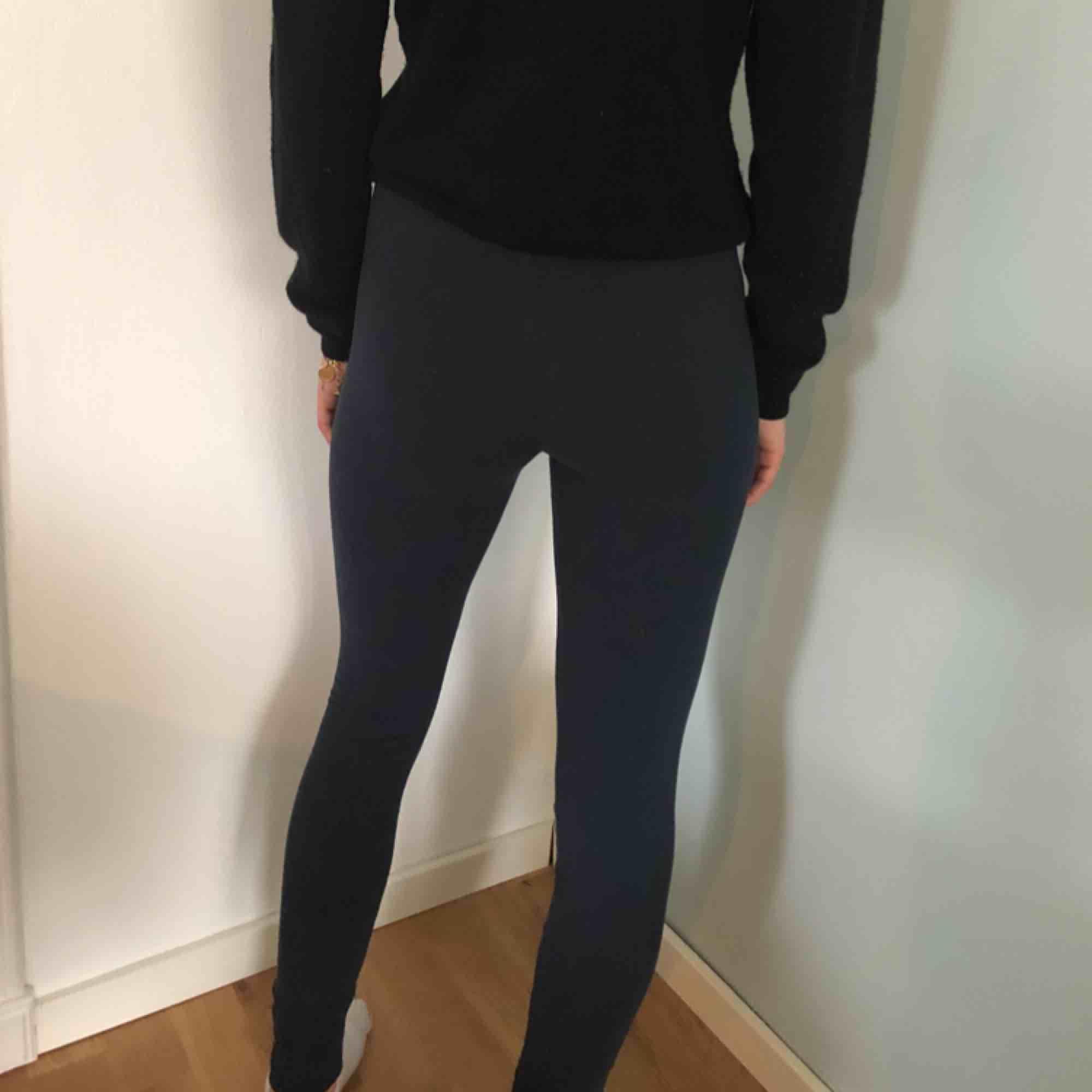 Leggings med lite fleece inuti , tighta mörkblå. Jeans & Byxor.