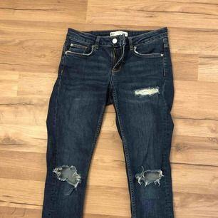 Snygga tajta mörkblåa jeans med hål i, från Ginatricot. Säljer de för 50 + frakt, tidigare pris 499kr. Säljer byxorna för att de blivit för små och hoppas därför de kommer till användning för någon annan🥰