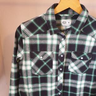 Så fin skjorta från crocker. Bra kvalitet, tjockt tyg. Tryckknappar