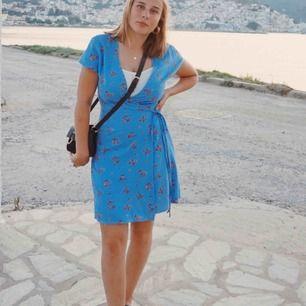 Fin omlottklänning från H&M! Extra fin till sommaren! Funkar att använda utan linne under också!