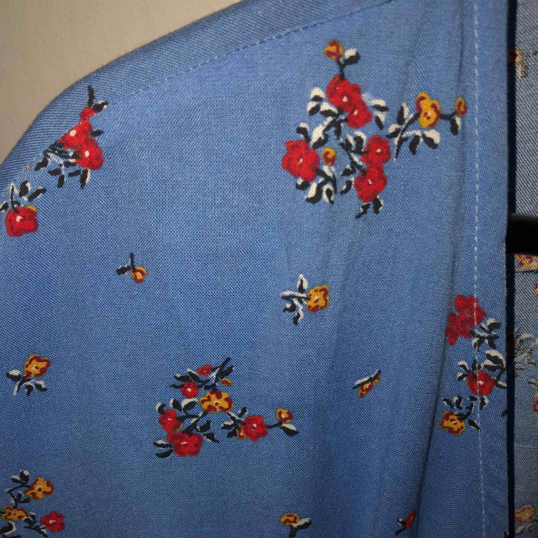 Fin omlottklänning från H&M! Extra fin till sommaren! Funkar att använda utan linne under också!. Klänningar.