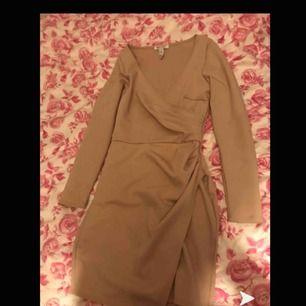 Nude/beige klänning från nelly i storlek s Köparen står för frakten!