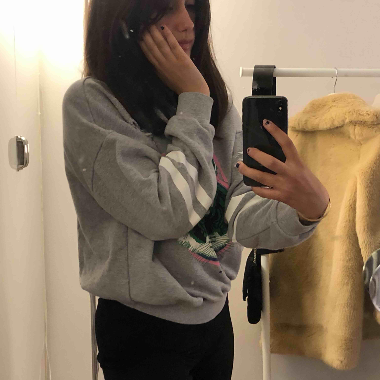 """Den """"klassiska"""" tröja från Ginatricot🤣. Säljer den för 15kr + frakt, tidigare pris runt 300kr.  Storleken är en S, men kan absolut användas som en XS och M. Huvtröjor & Träningströjor."""