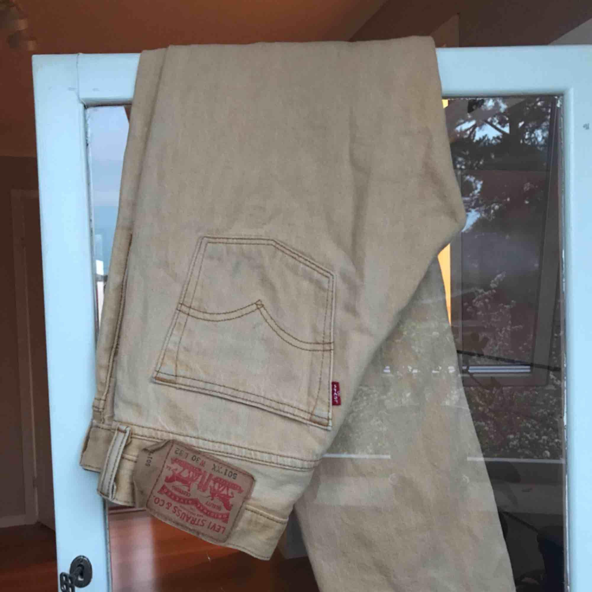 Sjukt najs Levis jeans, är en ljusgul/beige färg, passar till allt!! Frakt 60kr eller mötas i Stockholm🤩. Jeans & Byxor.