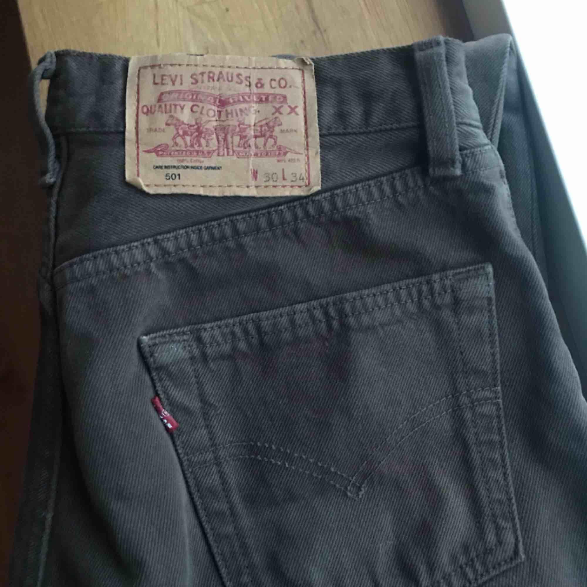 Snygga Levis jeans i en mörkbrun färg, hela och bra skick!! Frakt 60kr eller mötas i Sthlm . Jeans & Byxor.