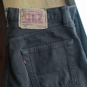 Snygga Levis jeans i en mörkbrun färg, hela och bra skick!! Frakt 60kr eller mötas i Sthlm