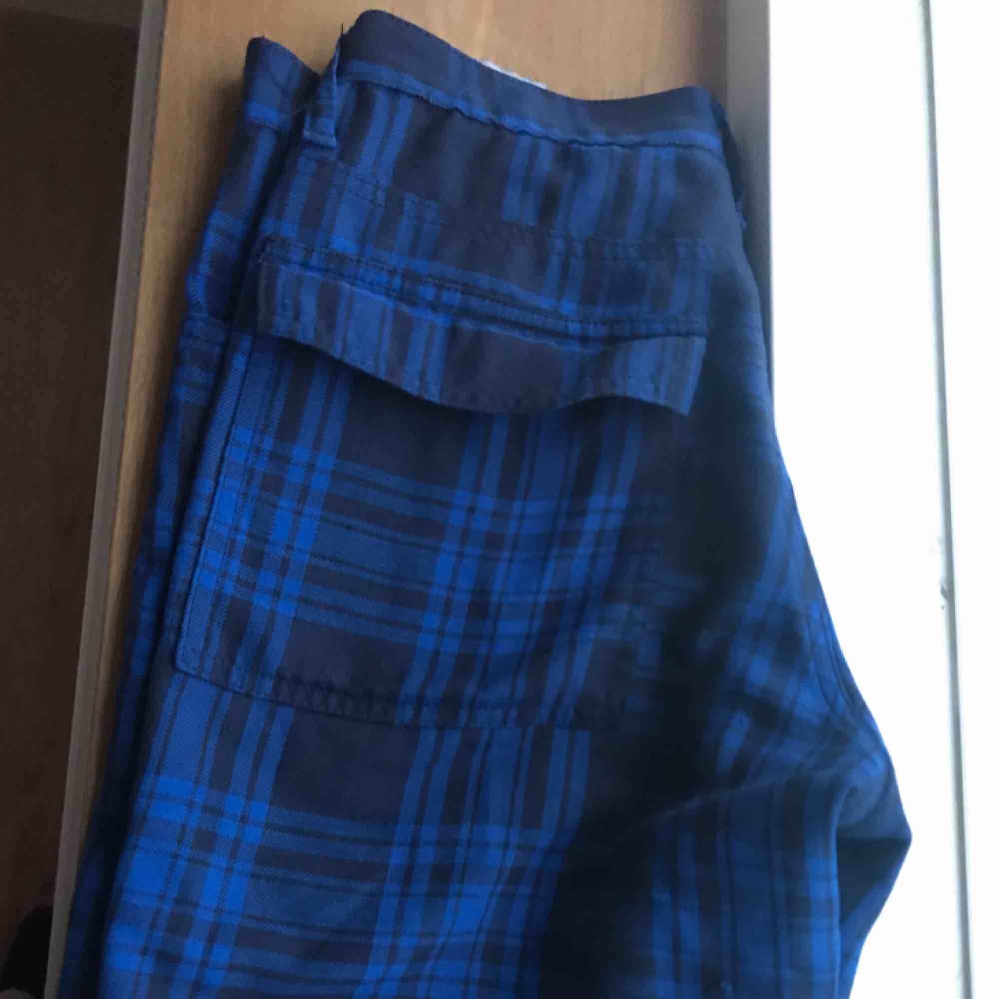 Snygga blårutiga kostymbyxor, mjukt material. Jeans & Byxor.