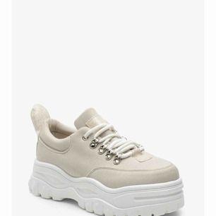Chunky Hiker Trainers, HELT NYA! Ljusbeige med vita sulor och beiga glitterdetaljer. Säljer endast pga fel storlek för mig. Har bara provat ena skon.