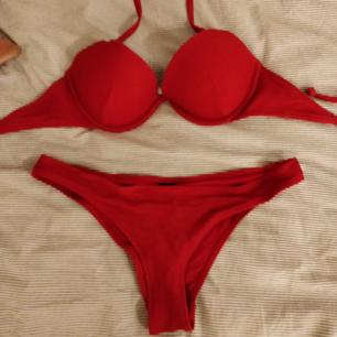 En skit snygg bikini som tyvärr aldrig har kommit till användning. Kommer från h&m och är som ny. Kan skicka fler bilder på bikinin vid intresse. Köparen står för frakt! Nypris: 300kr