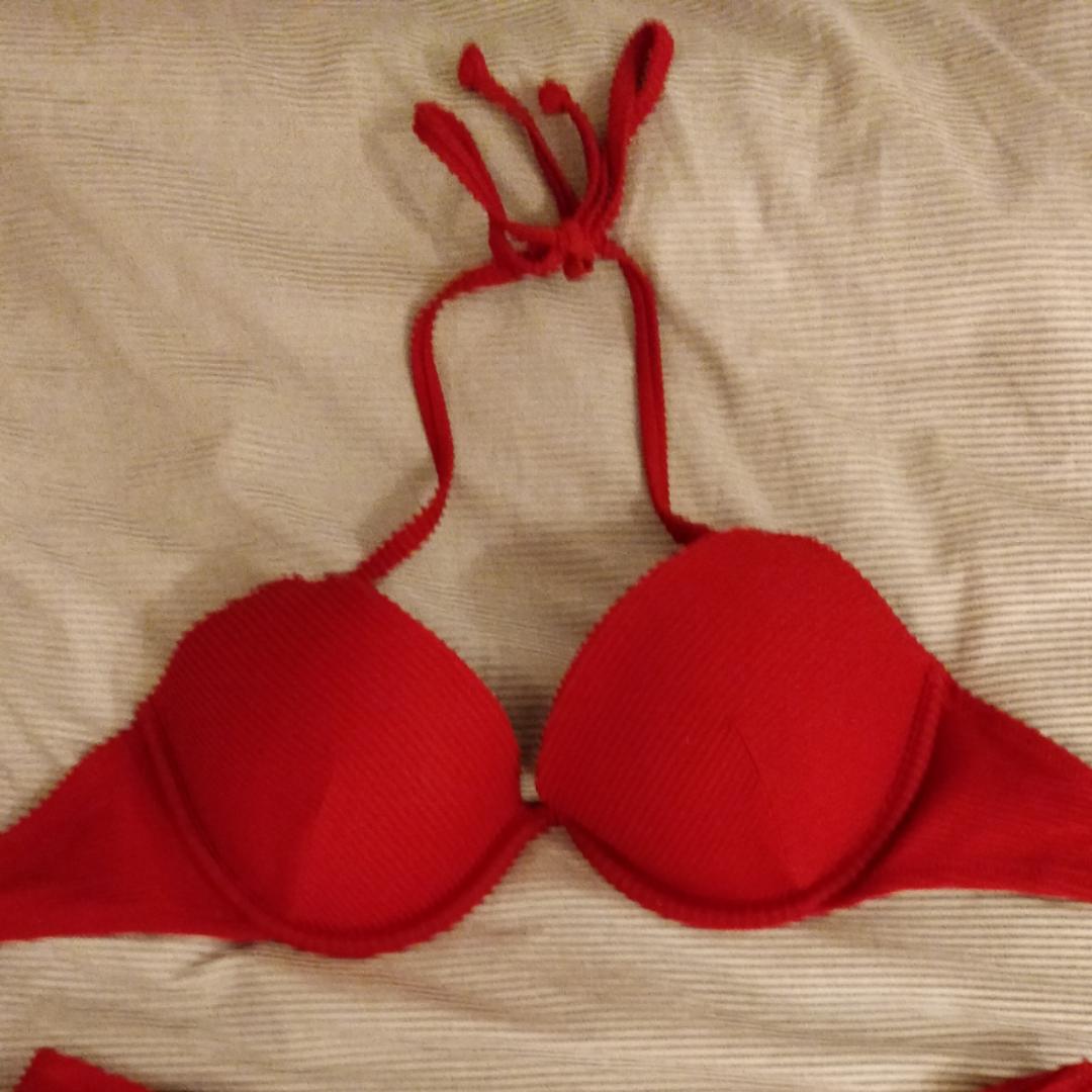En skit snygg bikini som tyvärr aldrig har kommit till användning. Kommer från h&m och är som ny. Kan skicka fler bilder på bikinin vid intresse. Köparen står för frakt! Nypris: 300kr. Övrigt.