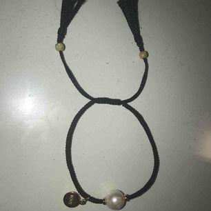 Armband gjort av silver men platterat med guldfärg. Armbandet har en äkta sjövattenspärla. Använd ca 3 gånger.köparen står för frakt,kan mötas upp.