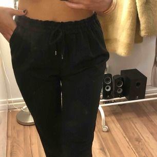 Säljer dessa snygga svarta kostymbyxor från Zara. Byxorna är i ett gott skick då de sällan används.  Därför säljer jag byxorna för 100kr +frakt🥰  Vid behov av fler bilder är det bara att höra av sig.
