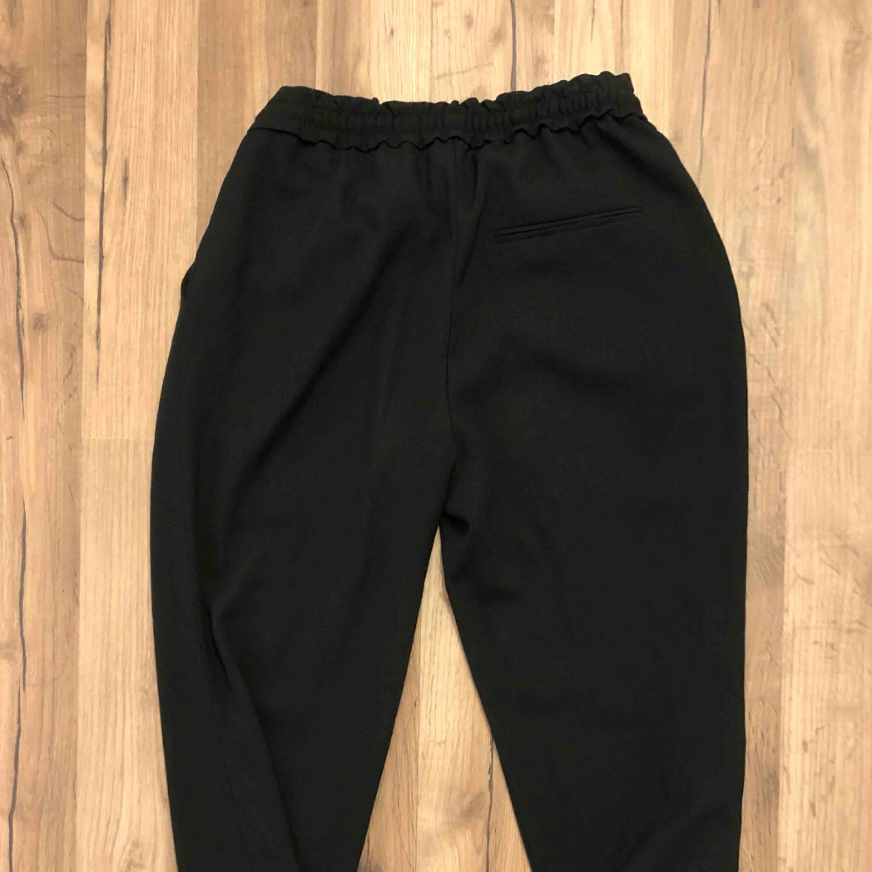 Säljer dessa snygga svarta kostymbyxor från Zara. Byxorna är i ett gott skick då de sällan används.  Därför säljer jag byxorna för 100kr +frakt🥰  Vid behov av fler bilder är det bara att höra av sig.  . Jeans & Byxor.