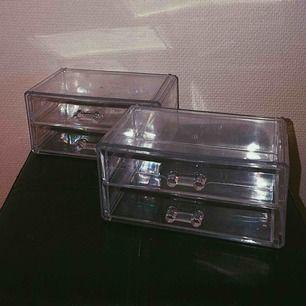 Säljer 4 stycken smink förvarings lådor. Dem är genomskinliga och väldigt praktiskt att ha för att sortera sitt smink. På bilden visas två stycken men har 4. 50kr styck eller vid snabb affär 120kr för alla fyra. Hör av er vid intresse💞