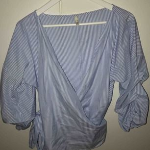 Randig omlott blus från NLY trend och aldrig använd. Köpte ca1 år sen. Frakt ingår i priset.
