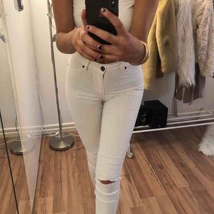"""Snygga vita jeans från dr.denim, som har hål som jag själv gjort. Säljer byxorna för 70kr + frakt, då jag köpte de för 400kr.  Har även klippt byxorna lite kortare och de har även som ett  litet""""Jack"""" på ena låret, hör av dig vid tydligare bilder."""