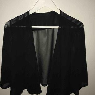 Sval kofta med trekvartslång ärm i svart. frakt ingår i priset.