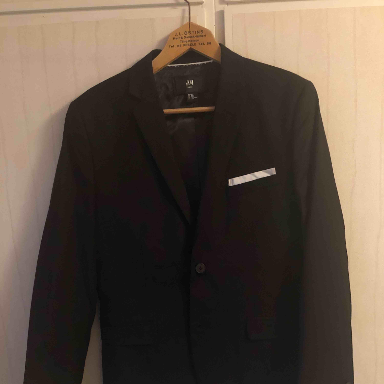 Slim fit kostym från H&M i storlek 50 (kan jämföras med ungefär medium). Använd bara några få gånger så i bra skick. Kostymer.