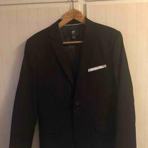 Slim fit kostym från H&M i storlek 50 (kan jämföras med ungefär medium). Använd bara några få gånger så i bra skick