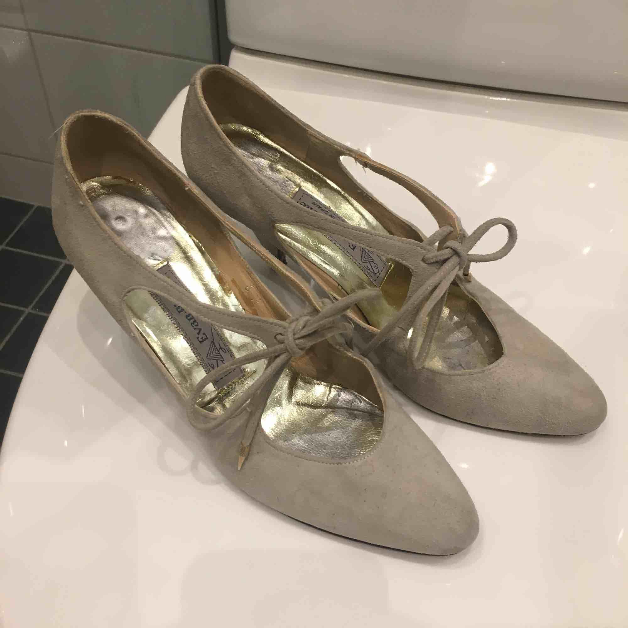 Vintage klackskor i grå/beige mocka material köpta på marknad i Amsterdam. Aldrig använda pga varit nerpackade och nu för små. Jätte fina på och skön klack på ca 6-7 cm. . Skor.
