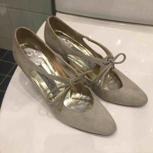 Vintage klackskor i grå/beige mocka material köpta på marknad i Amsterdam. Aldrig använda pga varit nerpackade och nu för små. Jätte fina på och skön klack på ca 6-7 cm.