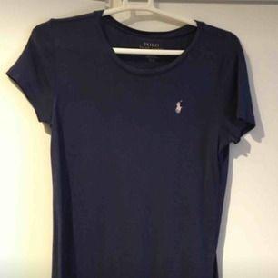 Ralph lauren T-shirt  Använd 1-2 gånger som ny!! Är ifrån barnavdelningen men är som S i storlek