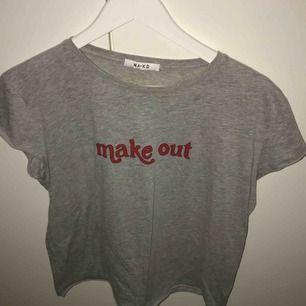 T-shirt köpt för halvår sen och använd en gång. Frakt ingår i priset.