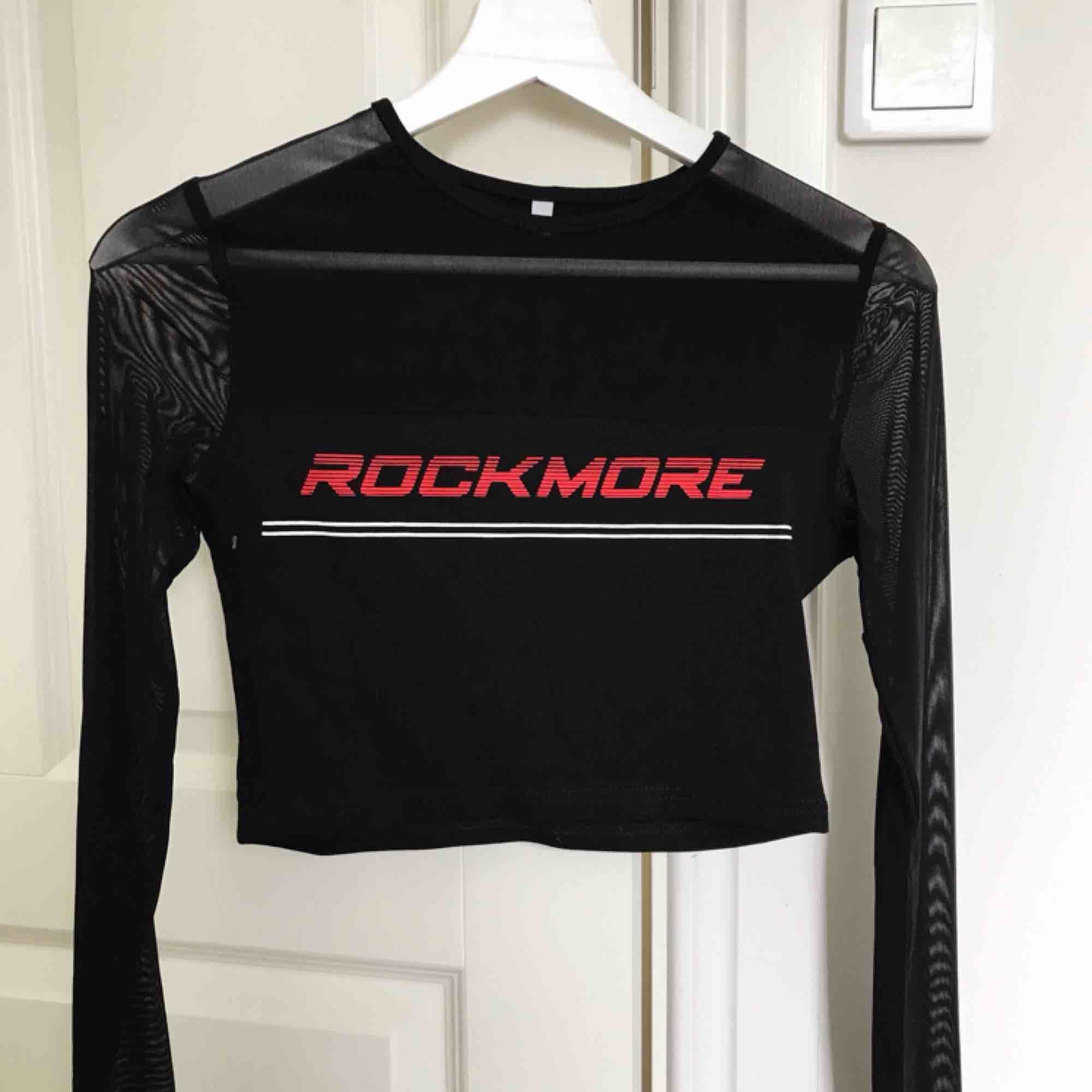 Hej! Tröjan är knappt använd och i fint skick. Frakt tillkommer. Pris kan diskuteras.. T-shirts.
