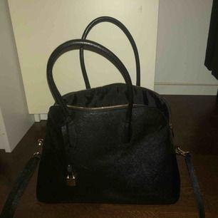 Skit fin väska från HM, har knappast använt den. Väskan är väldigt stor och har flertals fack inuti