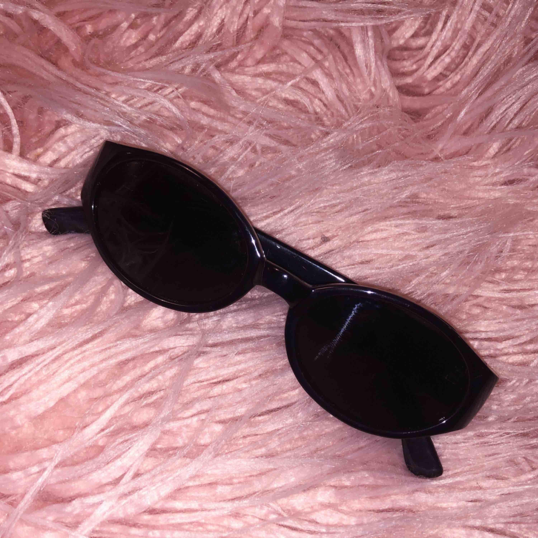 Mörka solglasögon i gott skick.. Accessoarer.