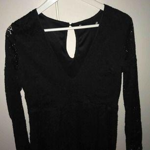 En jumpsuit med spets, köpt 2 år sen och använd 3 gånger. Frakt ingår i priset.