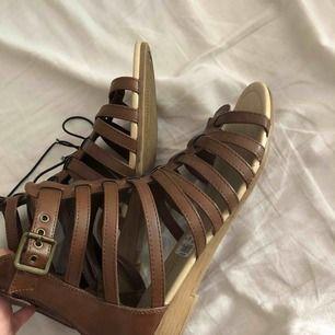 """Bruna sandaler från skopunkten stormen 39, spänne på sidan, prislapp kvar & """"tråd"""". Inte ens testade! Nypris 299, mitt pris 200."""
