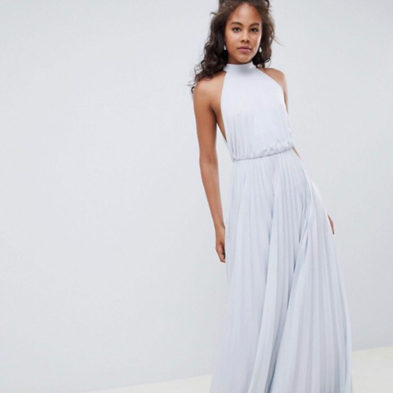 Superfin, helt oanvänd balklänning! klänningen är superfint plasserad. Finns i östersund annars får köparen stå för frakten😁. Klänningar.