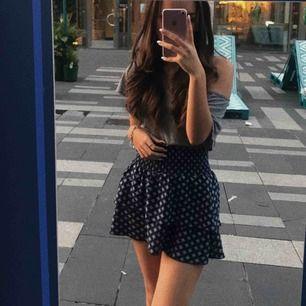 Super fin kjol H&M! Använd ett fåtal gånger. Kan möras upp i Stockholm annars står köparen för frakten. För mer bilder skriv ett meddelande.