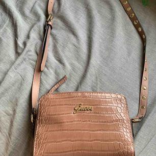 Helt ny väska från märket Guess.