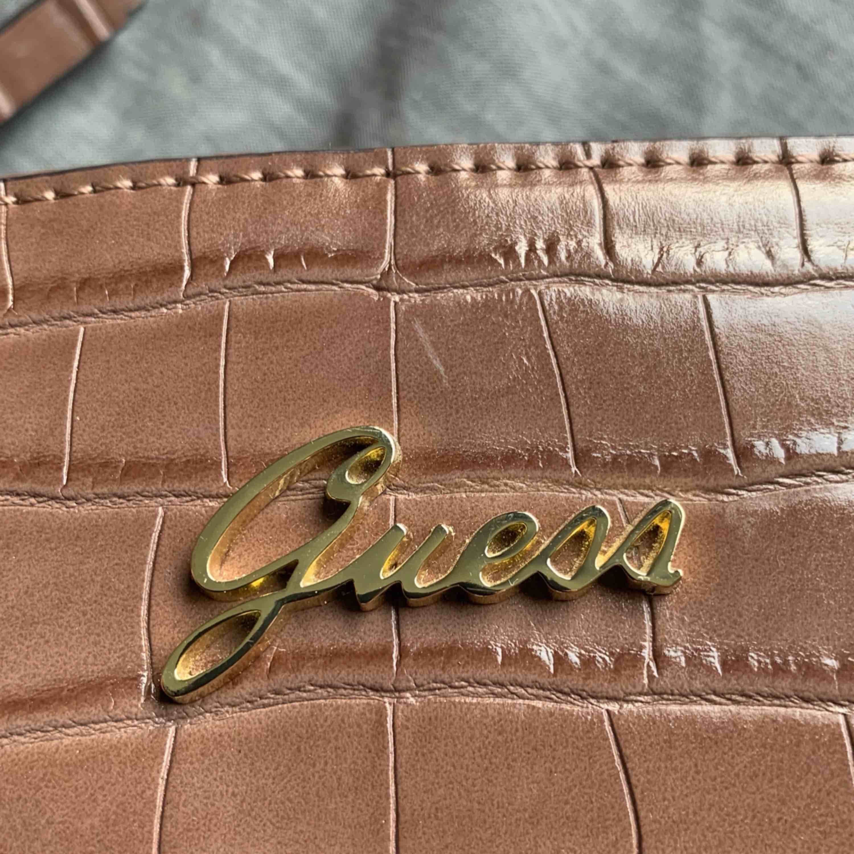 Helt ny väska från märket Guess.. Väskor.