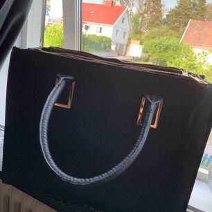 Stor väska från H&M i väldigt bra skick
