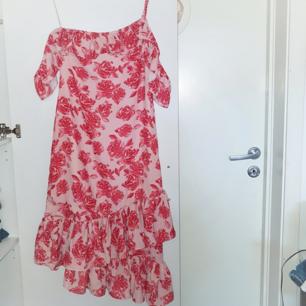 Superfin klänning från NA-KD. Aldrig använd pga. För liten för mig som brukar ha S/M. Från Andrea Hedenstedts kollektion. Frakt tillkommer på 18 kr ❤
