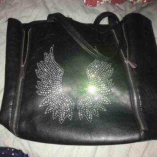 Säljer min väl använda väska, det finns några små fel där av priset! Jag kan mötas upp i Stockholm annars tillkommer frakten!