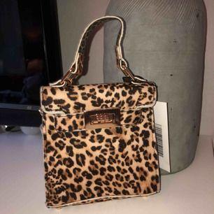 Leopard väska från boohoo. Prislappen kvar. Guldig längre kedja till