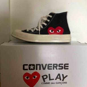 Säljer mina Converse X CDG Play sneakers. Köpta på Nitty Gritty i Stockholm för 1200kr - ungefär 3 månader sedan. Sparsamt använda, men självklart lite smutsiga som skor blir, men bara att tvätta dom så är de som nya! Pris kan diskuteras vid snabb affär.